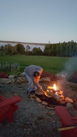 The Artisan Suites: Firepit with free wood and view of the Bay of Fundy in the back yard.