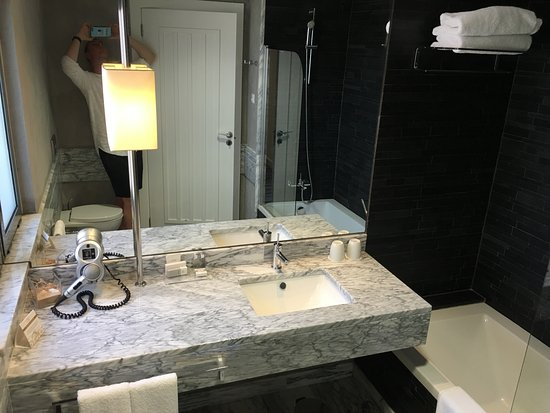 Luxe Badkamer Hotel : Mooie luxe en ruime badkamer picture of real marina hotel & spa