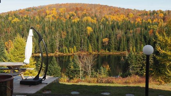 Val-des-Lacs, Canadá: Vue du lac depuis la terrasse de la Maison de Charlena en automne.