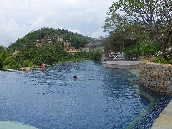 The Westin Siray Bay Resort & Spa Phuket: 3つのプールの内 真ん中のプール、建物は全てホテル棟