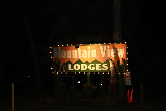 Mountain View Lodges: Sign from the road at night