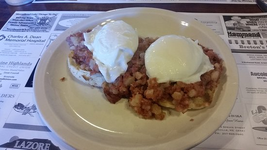 Greenville, Мэн: Great poached eggs over corned beef hash.