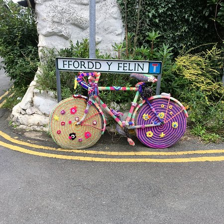 Aberystwyth, UK: Knitted graffitti all over this little hamlet!