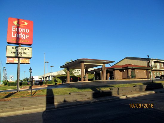 Econo Lodge Inn & Suites: Exterior grounds.