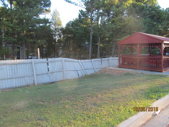 Econo Lodge Inn & Suites: The fence needs to be fixed.
