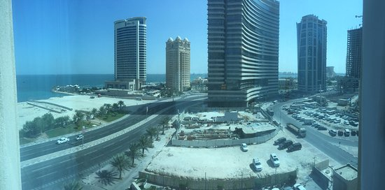 Retaj Al Rayyan Hotel: View from the 5th floor. The window is very dirty.