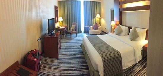 Retaj Al Rayyan Hotel: Spacious room with King bed, flat screen TV.