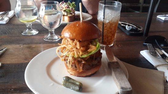 Hermosa Beach, CA: La hamburguesa que me comí...