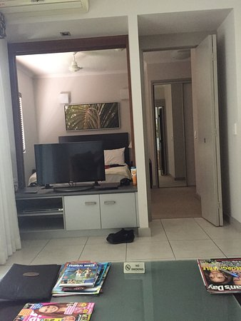 Trinity Beach, Australië: Beautiful pools with one bedroom apartment. In room kitchen with lounge room, washing machine, d
