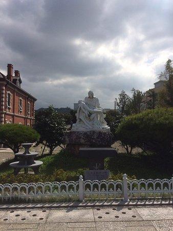 Jeonju, Corea del Sur: 전주한옥마을 전동성당에 있는 피에타와 유사한 동상이에요~