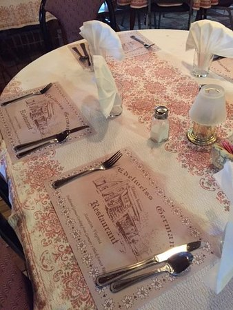 Staunton, Virginie : All tables have matching tablecloths. Quaint style.