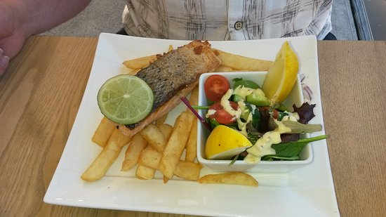 Maryborough, Australia: Salmon with Salad and chips - delicious and good sized portion