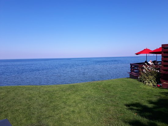 Vineland, Canadá: View from the front lawn of Lake Ontario, Patio on the right
