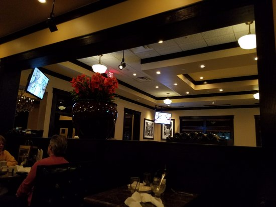Garden City, NY: Comfy cozy warm wood tones makes a great dining atmosphere!