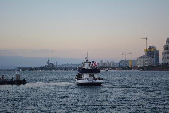 Coronado, Californie : Ferry with Aircraft Carrier