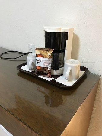 Cafetera en el cuarto, clóset, ascensor, baño, máquina expendedora ...