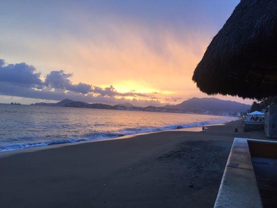 Mariscos Dona Concha: Cena con vista al mar y puesta de sol