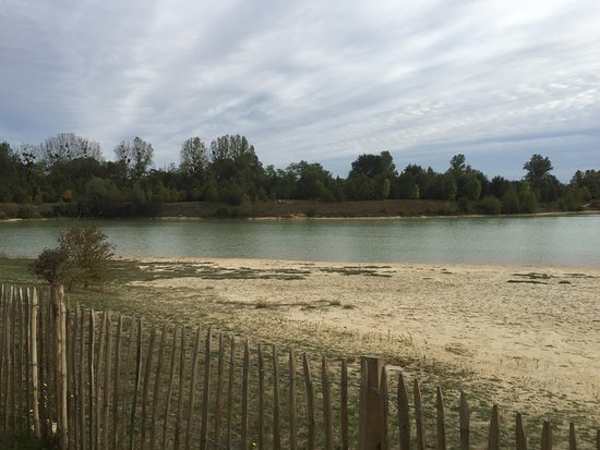 Lagrange Prestige Le clos des vignes: Great area, 200 metres and your at the man made lake with beach, locals swim here. A nature rese