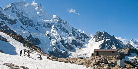 Mt. Cook Village, Selandia Baru: Caroline Hut, an ideal base for mountaineering courses, with Aoraki/Mt Cook watching over.