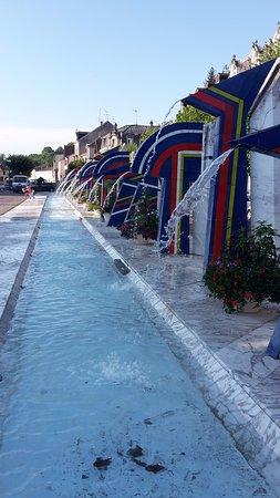 fontana al centro del paese termale di Contrexeville vicino a Vittel
