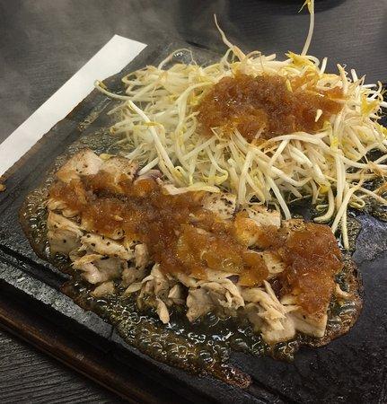Tsukumi, ญี่ปุ่น: マグロステーキは何種類かのソースが選べる。これは醤油のソース