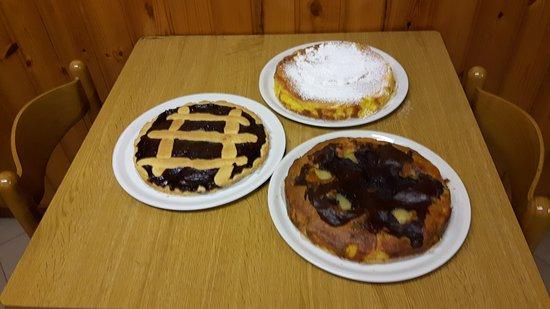Abbadia Lariana, Italia: Le torte fatte in casa dall'Ivana!!! limone, pera e cioccolato, crostata ai frutti di bosco...