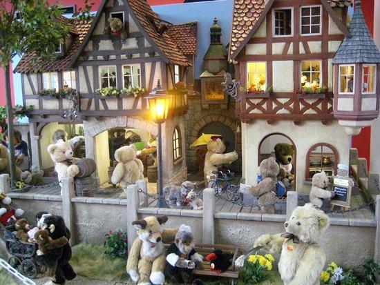 Giengen an der Brenz, Germany: Eine herzliche Begrüßung durch die Miniatur Steiff-Welt.