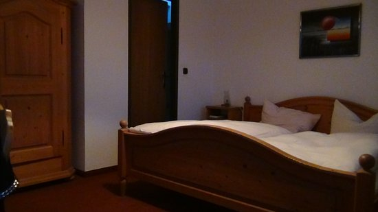 Frasdorf, Duitsland: Небольшой уютный номер. На заднем плане-вход в санузел