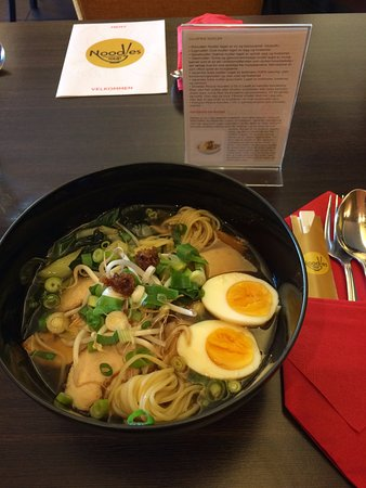Ramen Nudelsuppe Med Kylling Eggnudler Asiatiske Grønnsaker Og Egg