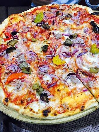 Pizzeria Le Panche: Pizza fantasia del pizzaiolo 😋