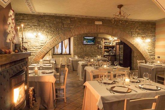 Sala ristorante con camino foto di agriturismo for Sala con camino