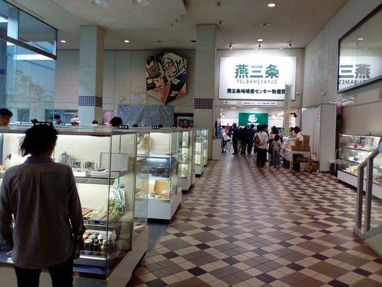 Sanjo, Japão: 常設展示。奥が物産館入り口。
