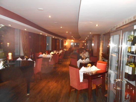 Leixlip, Irlande : view of dining room from kitchen end