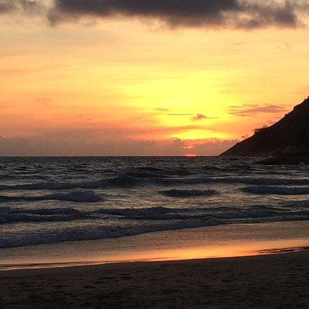 Rawai, Tailandia: La playa de Nai Harn se encuentra algo más apartado de las zonas turísticas lo que la hace más b