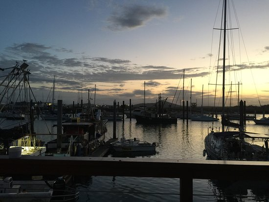 Bowen, Austrália: Beautiful Sunset while enjoying fantastic red emperor fish and chips!
