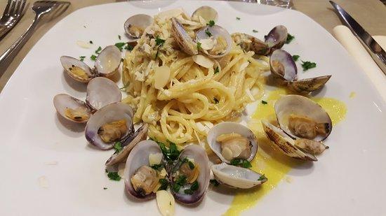 Legnago, Italia: Spaghetti quadrati con vongole e ...
