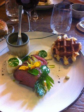 Hotel Aux Terrasses: magret de canard sauce aux feuilles de capucine et sa gaufre de pommes de terre
