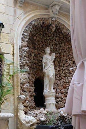 Bebirgu: Restaurant Be Burgu. Cour d'un ancien palais à Malte (Vottoriosa)