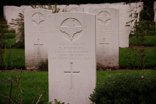 Oosterbeek, Belanda: R. Knowles, 26 years old ...