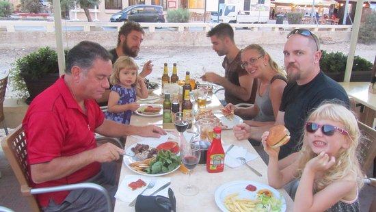 Zebbug, Malta: Lunch med hela klanen!
