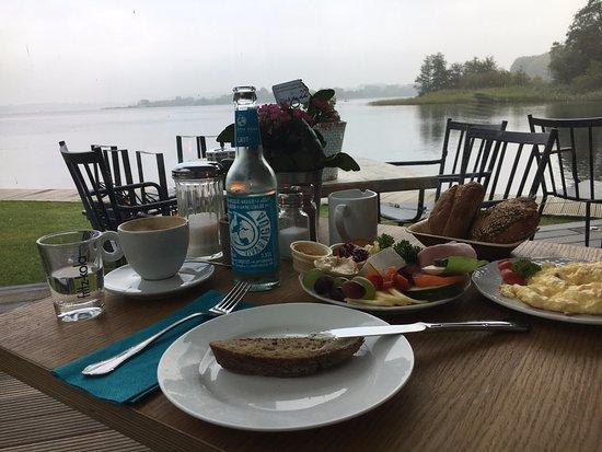 Bad Segeberg, Tyskland: Frühstück, Blick aus dem Wintergarten auf den See im HerbstNebel