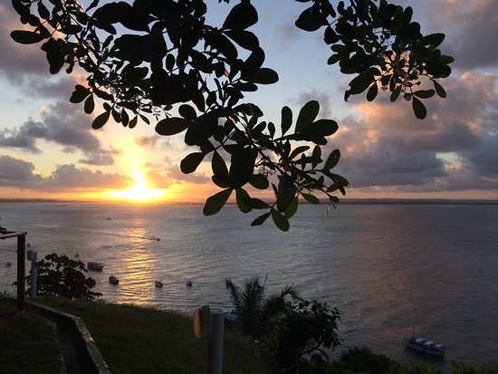 Toca do Morcego: Vista linda, pôr do sol maravilhoso embalado por um som descolado. Baladinha aos sábados. É cobr