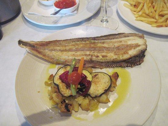 Isla Plana, España: La lenguado avec sa garniture (notez l'assiette de frites en accompagnement, une bonne idée)