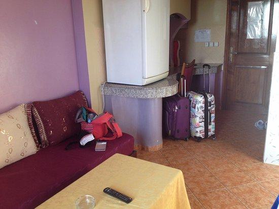 Hotel Residence Rihab: Вид от балкона, кровати справа, спереди кухня с холодильником
