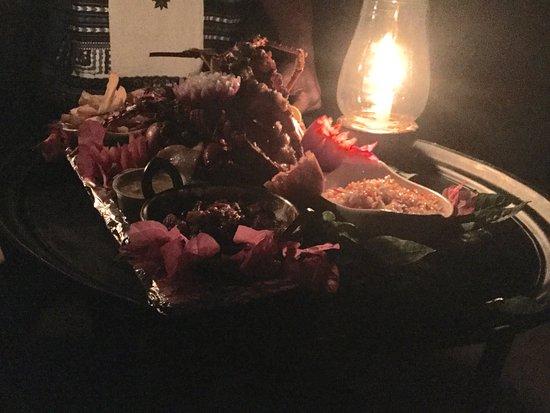 Un dîner spécial romantique sur la plage: un plateau de fruits de ...