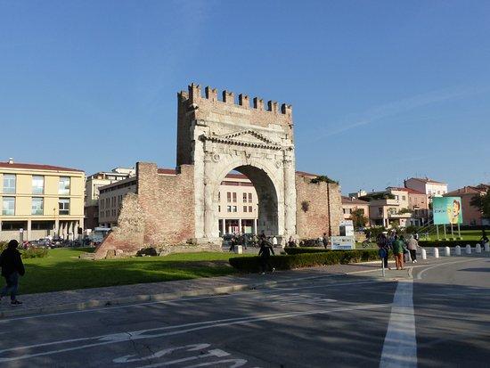 Arco d'Augusto: Arco Augusto, der Augustustorbogen Teil der alten Stadtmauer