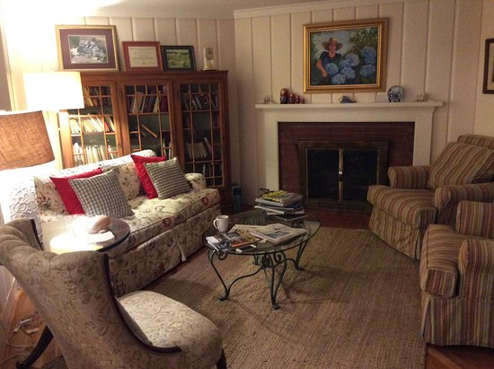 An English Garden Bed and Breakfast: Living room
