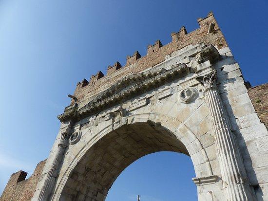 Arco d'Augusto: Kopf in den Nacken vor alter Bautradition