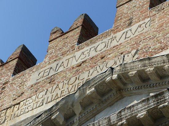 Arco d'Augusto: Inschrift in der Apsis