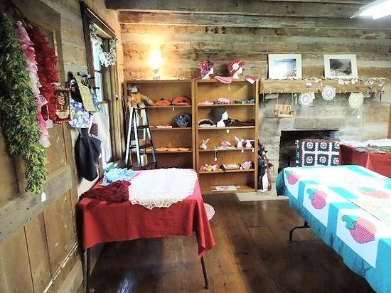 The Old Courthouse and Dickenson/Bundy Log House: inside dickerson bundy cabin/craft shop
